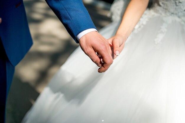 Jeune couple main dans la main.