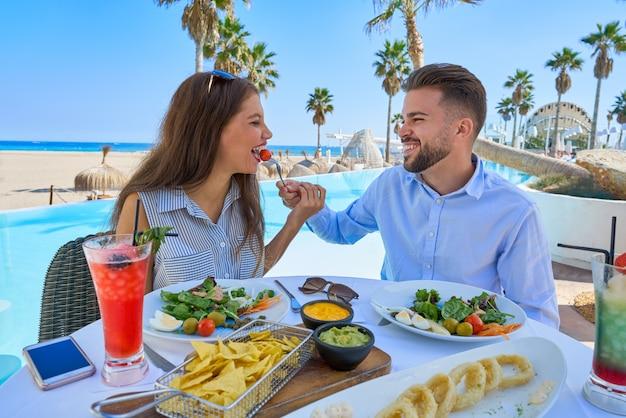Jeune couple, manger, dans, a, piscine, restaurant