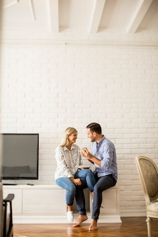 Jeune couple, manger, pizza, dans salle