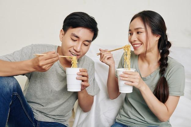 Jeune couple, manger, ramen