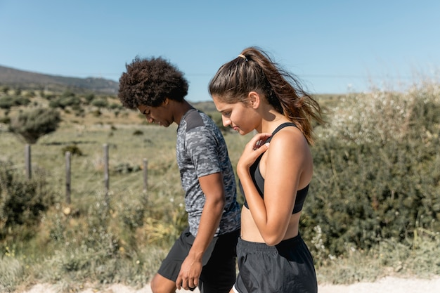 Jeune couple marchant au repos pendant la pratique de la course à pied