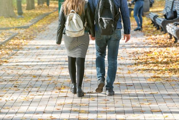 Jeune couple marchant dans le parc de la ville d'automne