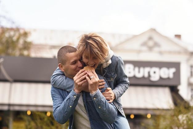 Jeune couple marchant dans la rue d'une ville confortable