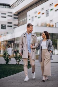 Jeune couple marchant ensemble en ville