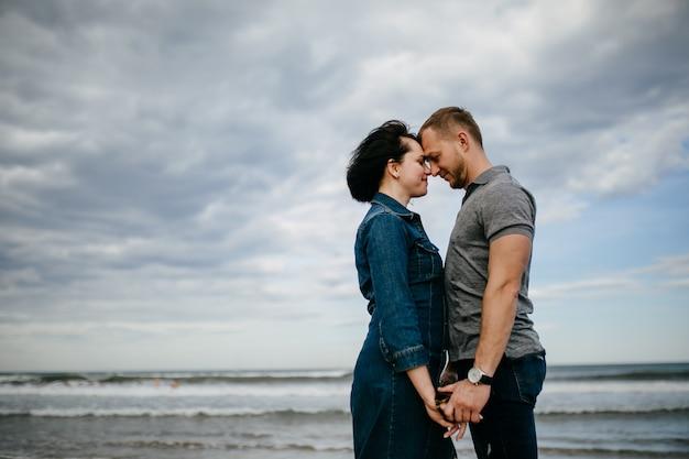 Un jeune couple marchant sur la plage