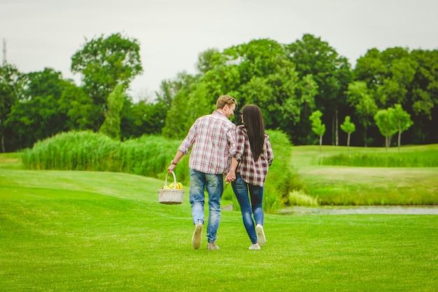 Le jeune couple marchant près du lac
