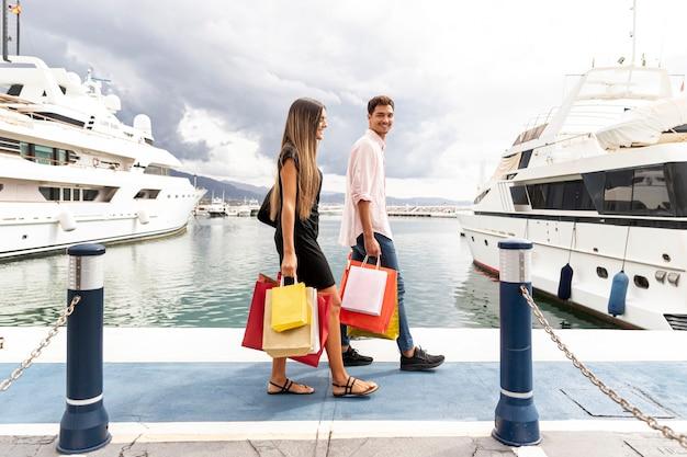 Jeune couple marchant sur le quai du port