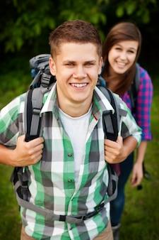 Jeune couple marchant à travers la forêt