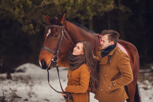 Jeune couple marchant