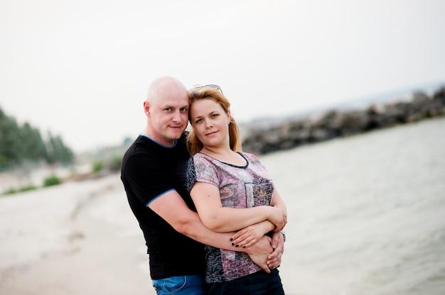 Jeune couple marche dans la mer