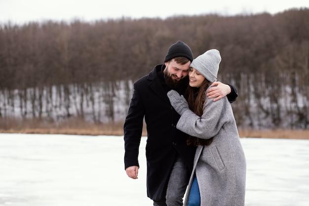 Jeune couple, marche extérieur