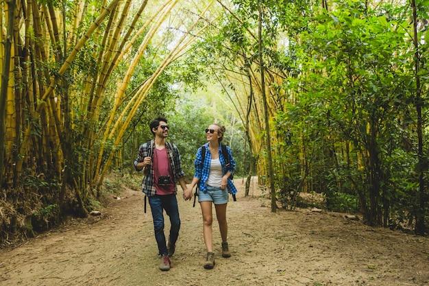 Jeune couple, marche, par, bambou, forêt