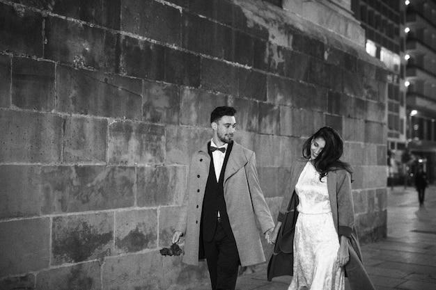 Jeune couple, marche, soir, rue