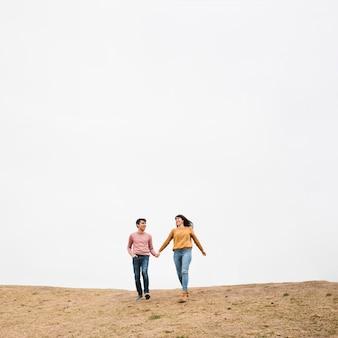 Jeune couple, marche, tenant mains