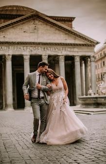 Jeune couple de mariage du panthéon à rome, italie