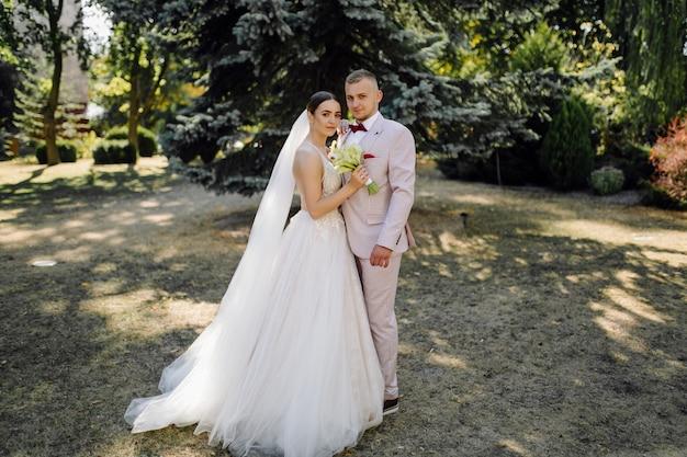 Jeune couple de mariage heureux. caucasien mariée et le marié embrassant