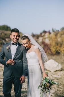 Jeune couple de mariage marchant