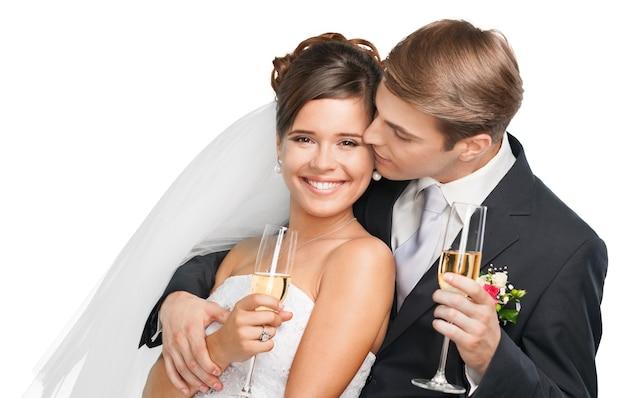 Jeune couple de mariage mariée et le marié tenant des verres de champagne