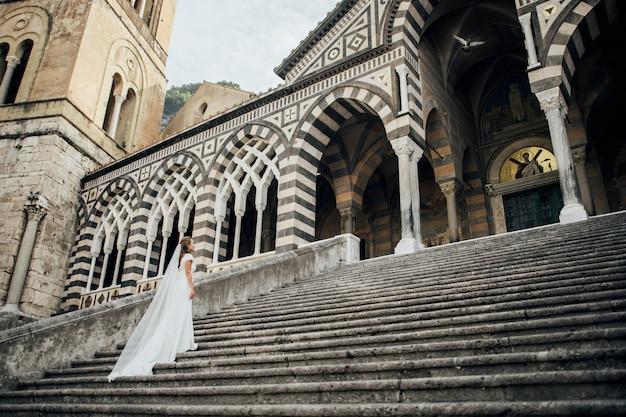 Jeune couple de mariage s'amuser temps en italie.