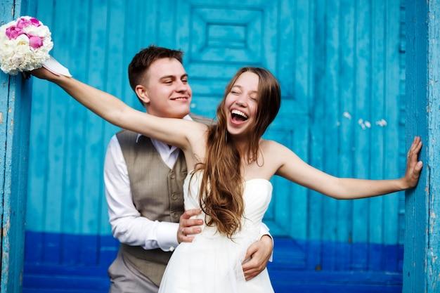 Jeune couple de mariage s'amuser