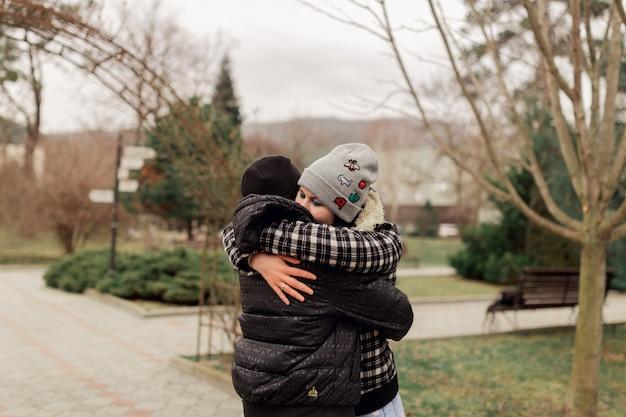 Jeune couple marié, étreindre, dans parc