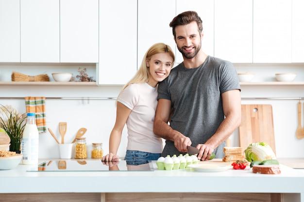 Jeune couple marié profitant de leur temps à la maison