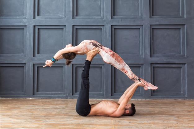 Jeune couple, méditer ensemble, faire exercice