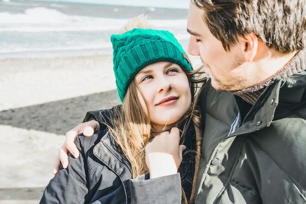 Jeune couple de la mer baltique froide