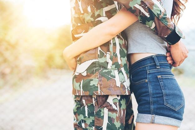 Jeune couple militaire s'embrasser