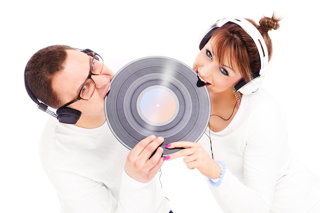 Un jeune couple mordre le vinyle