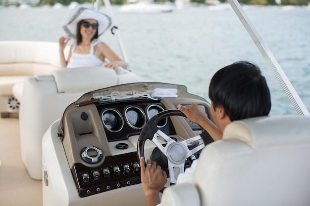 Jeune couple naviguant sur un yacht dans l'océan indien