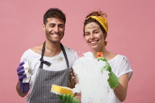 Jeune couple, nettoyage, fenêtres, à, détergent