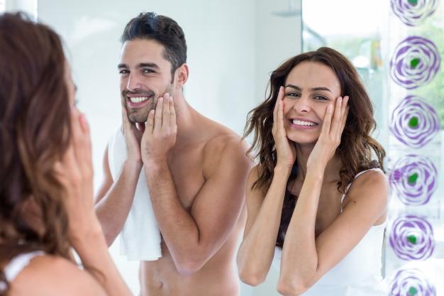Jeune couple, nettoyage, visage, salle bains