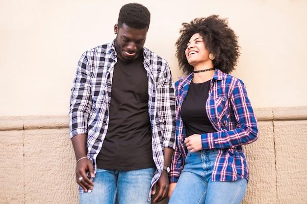 Jeune couple noir afro-américain ethnique profiter de l'après-midi dans une activité de plein air de loisirs ensemble