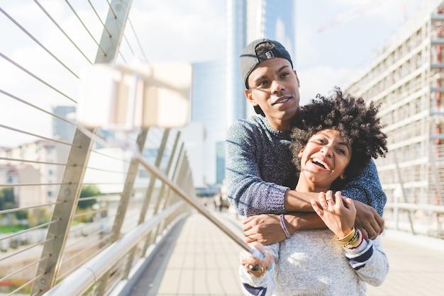 Jeune couple noir prenant selfie