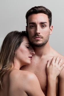 Jeune couple nu embrassant