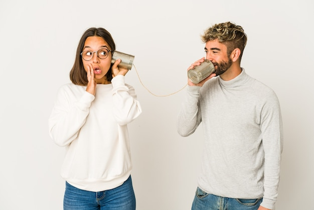 Jeune couple parlant avec boîte de conserve