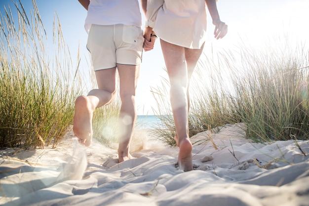 Jeune couple partage l'humeur heureuse et amoureuse sur la plage