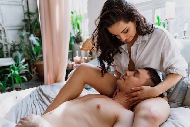 Jeune couple passant du temps dans leur belle maison de campagne. moments de vie romantiques