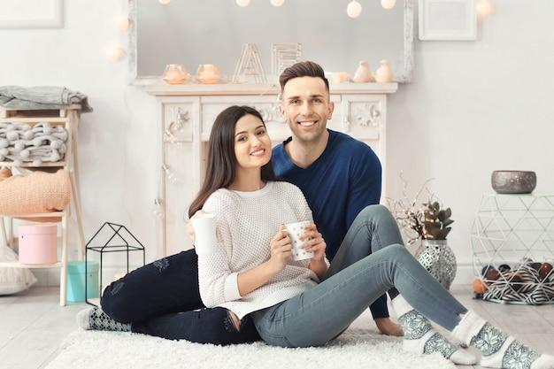 Jeune couple passant du temps ensemble en vacances d'hiver à la maison