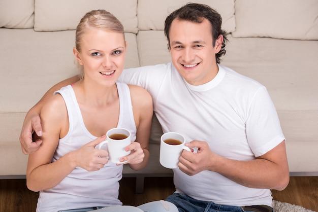 Jeune couple passe du temps ensemble.