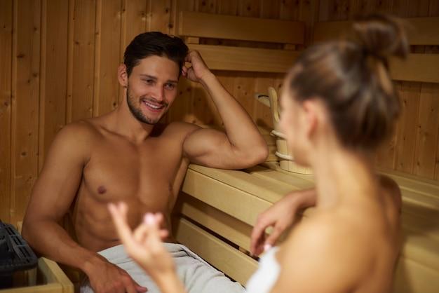 Jeune couple, passer du temps dans le sauna