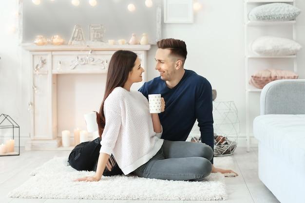 Jeune Couple Passer Du Temps Ensemble En Vacances D'hiver à La Maison Photo Premium