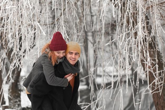 Jeune couple, passer du temps ensemble