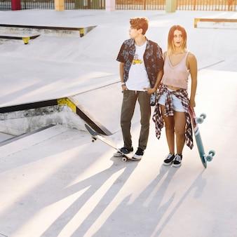 Jeune couple de patineurs moderne