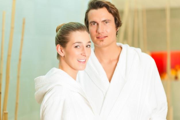 Jeune couple en peignoir à spa