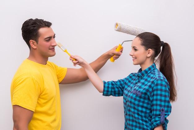 Jeune couple, peinture, mur, chez soi