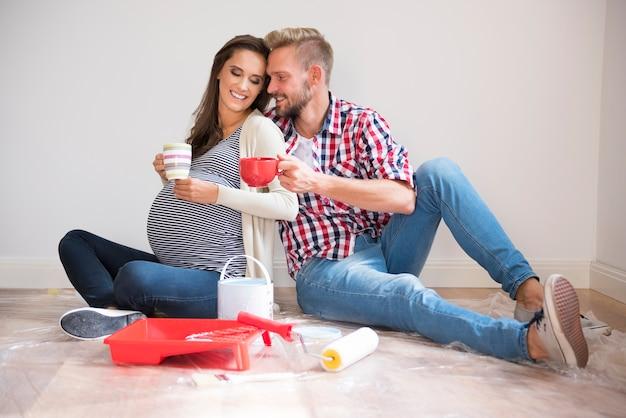 Jeune couple, peinture, murs, et, café buvant