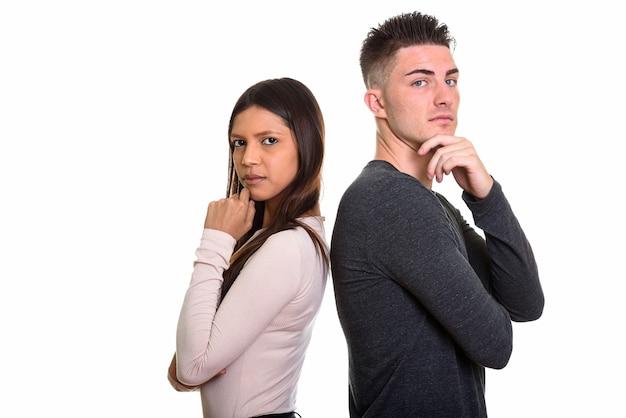 Jeune couple pensant ensemble dos à dos