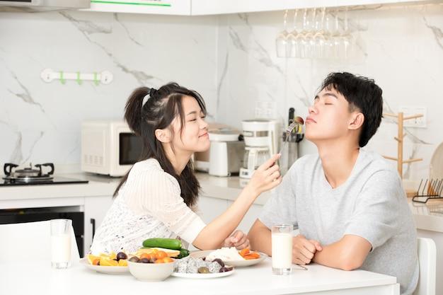 Jeune couple, petit déjeuner, chez soi